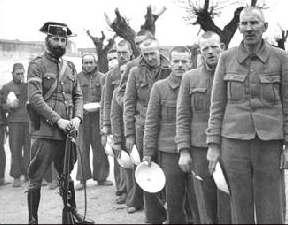 Brigadistas internacionales prisioneros a la espera del rancho, custodiados por guardia civil