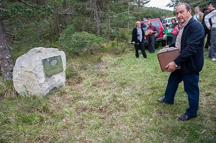 Acto en recuerdo de Ángel Antuñano, fusilado en la guerra de 1936.  El acto tiene lugar en el Ayuntamiento de Gaubea, y después los presentes se desplazan hasta el Alto de La Horca, donde se erige un monumento en recuerdo de los represaliados.
