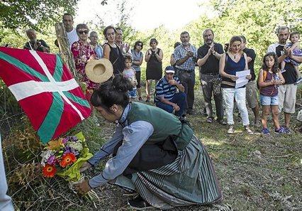 2016-08-27, Legasa. 1936 urtean hil zituzten Sagardia-Goñi familiako kideak, Legarreako leizetik behera botata ustez, omenadia 27-08-2016, Legasa. Homenaje a la familia Sagardia, supuestamente arrojados a una sima en la guerra del 36 Homenaje a la familia Sagardia-Goñi asesinados y posiblemente arrojados a una sima de Donamaria Gaztelu hace 80 años.La familia entera 6 hijos y la madre fueron asesinados en la gerra del 1936.Solo se salvaron el padre y el hijo mayor que estaban en el frente de guerra.